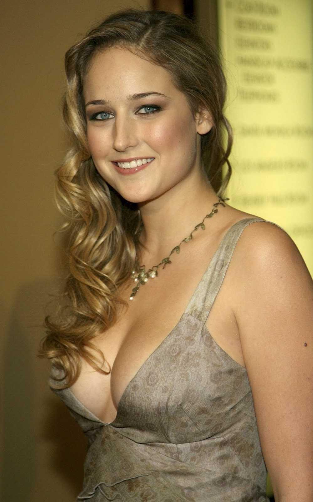 Leelee Sobieski sexy cleavage