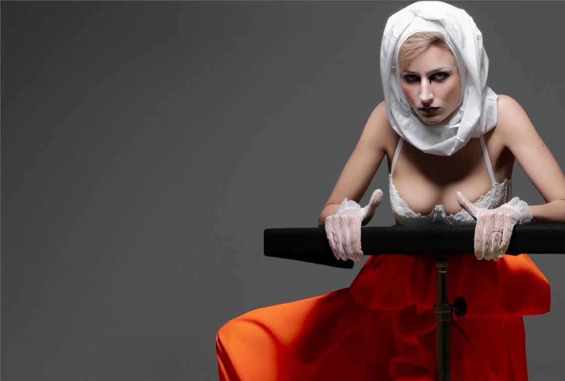 Leelee Sobieski sexy photos (2)