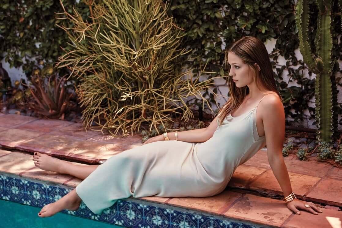 Melissa Benoist side pose