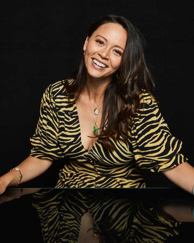 Melissa Crystal O'Neil cleavage
