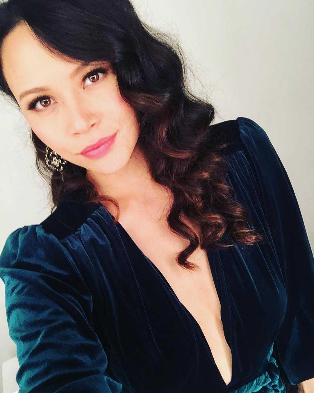 Melissa Crystal O'Neil hot cleavage