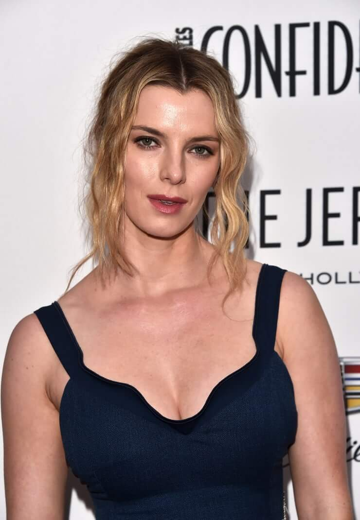 betty-gilpin-sexy-boobs