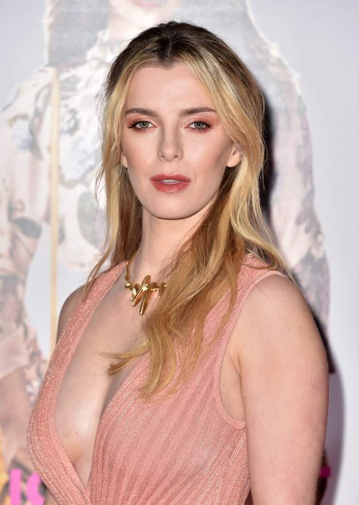 betty-gilpin-sexy-side-pic