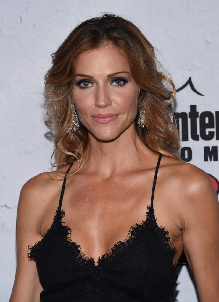 tricia helfer sexy cleavage