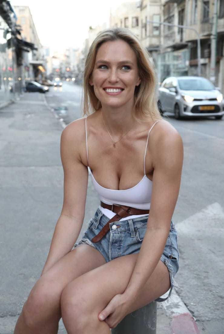 Bar-Refaeli-sexy-cleavage-pics-2