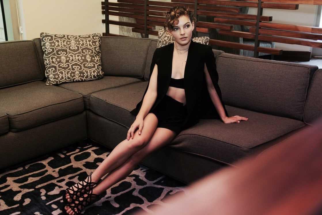 Camren Bicondova sexy legs