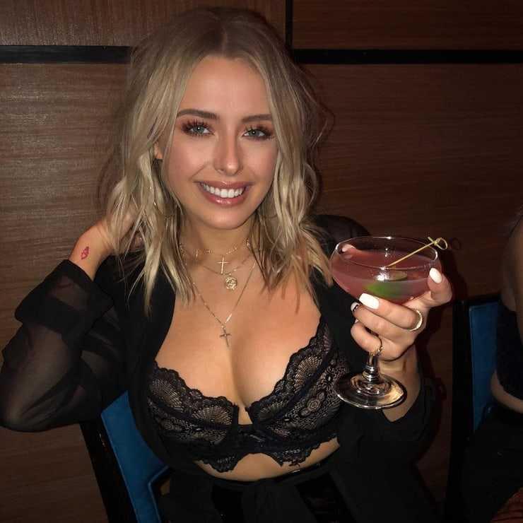 Corinna Kopf hot cleavage (2)