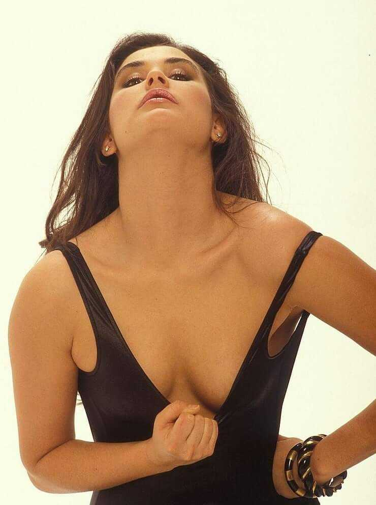 Demi Moore cleavage pic