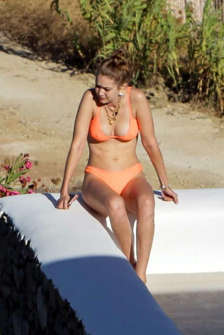 Gigi Hadid sexy tits pic