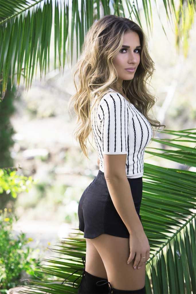Jessie James Decker booty hot