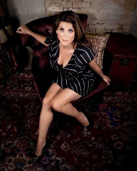 Julia Benson hot cleavage pic