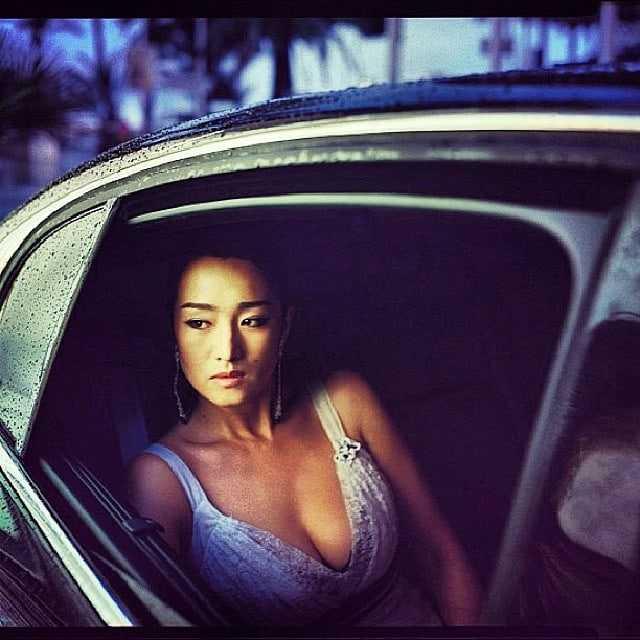 Li Gong sexy cleavage pic (1)