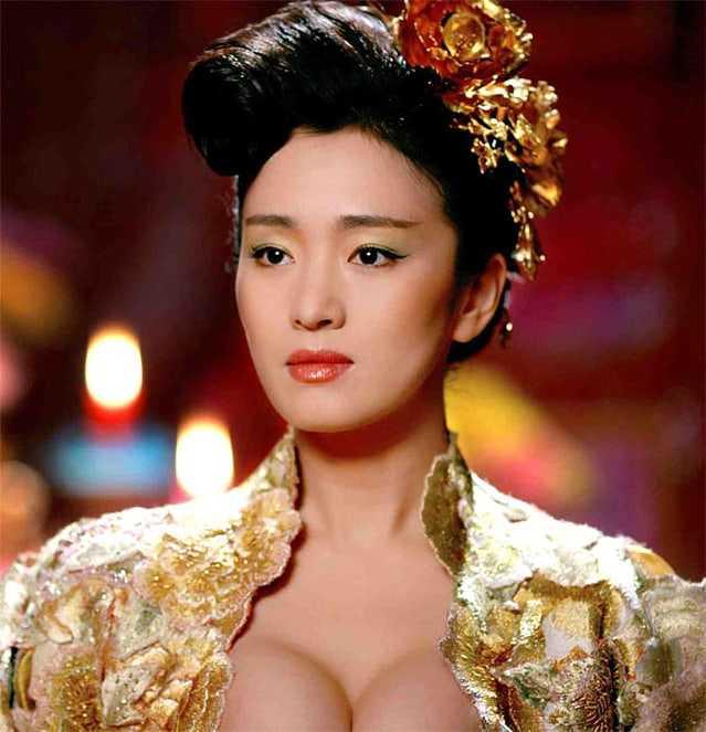 Li Gong sexy cleavage pic (2)