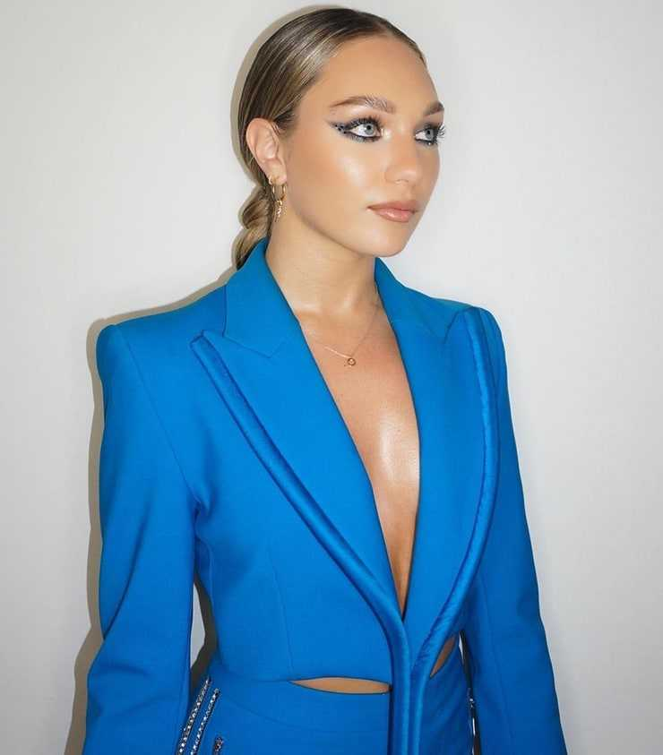 Maddie Ziegler cleavage pic