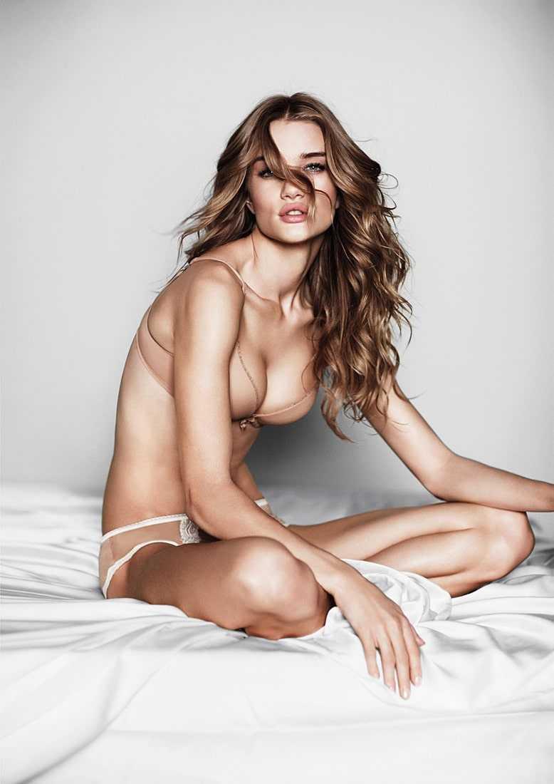 Rosie Huntington-Whiteley hot tits pic