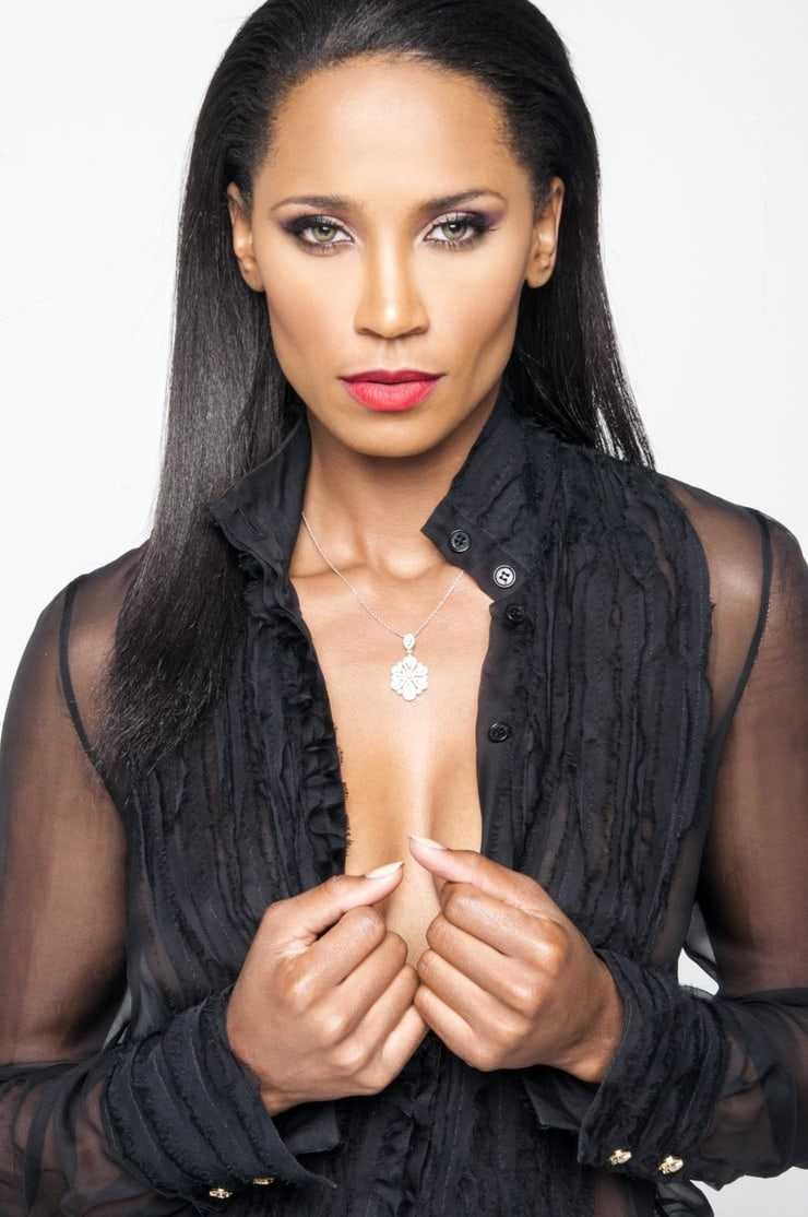Toni Duclottni cleavage pic