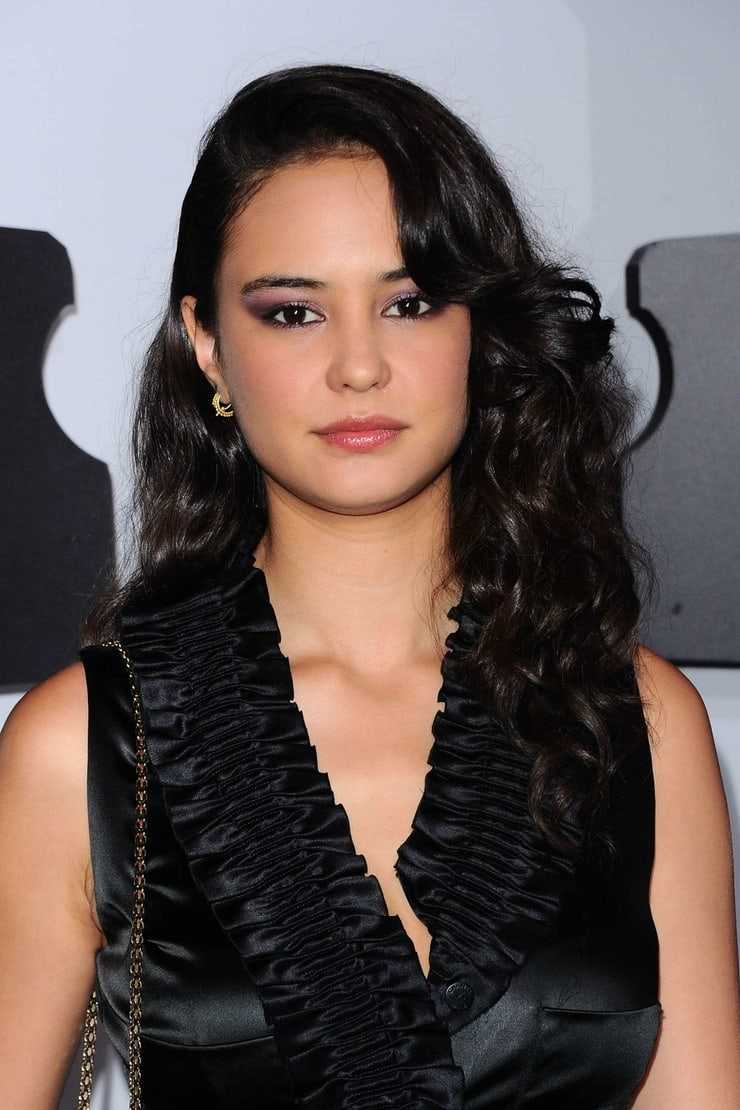 courtney eaton cleavage