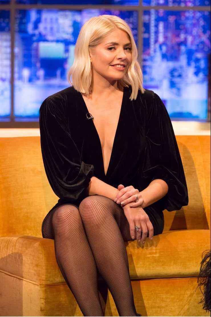 holly willoughby sexy cleavage