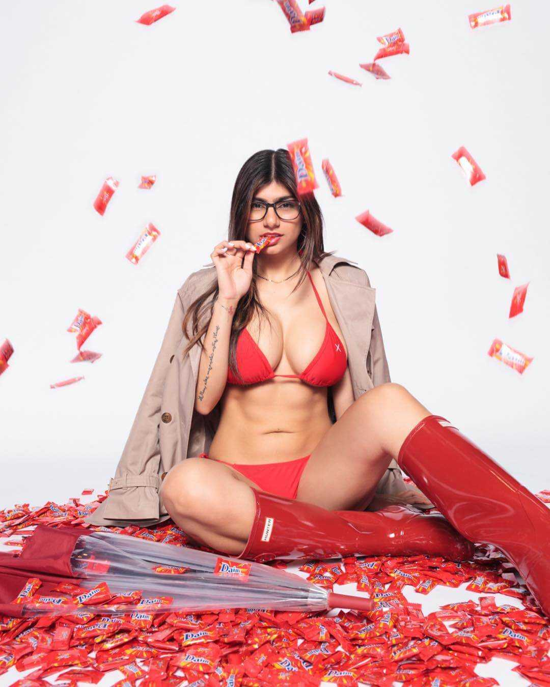 mia khalifa sexy red look
