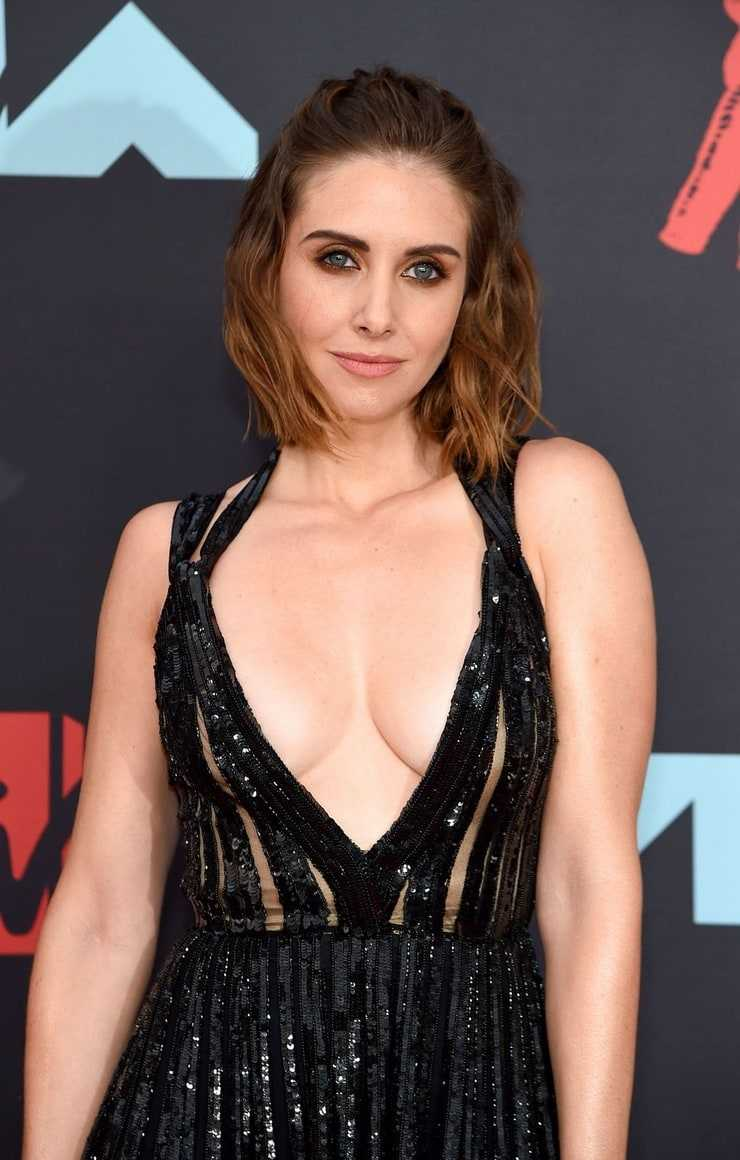 Alison Brie hot cleavage pucs