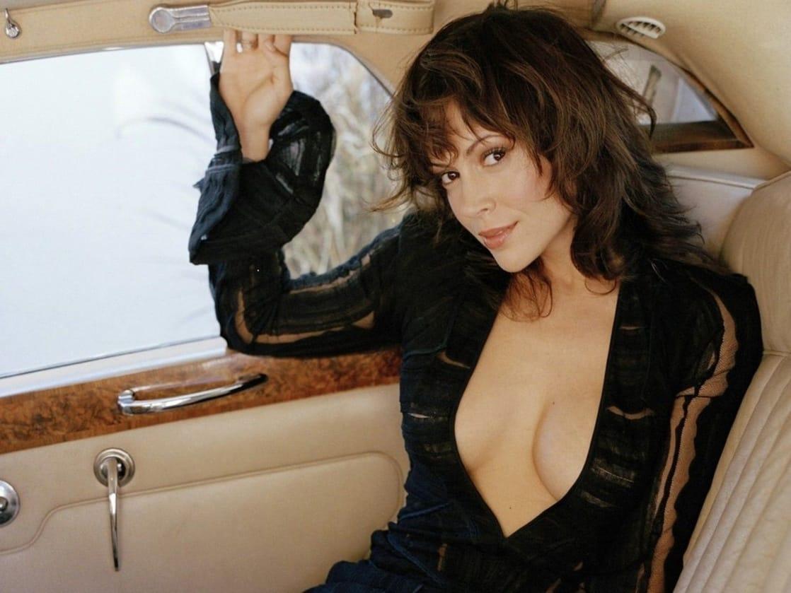 Alyssa Milano cleavage pics