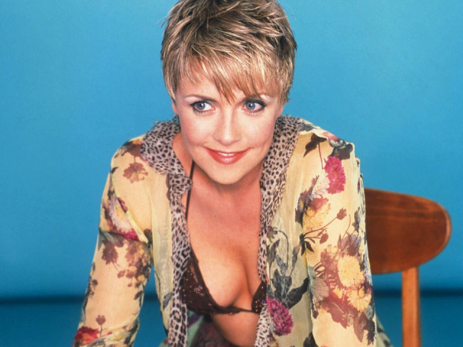Amanda Tapping hot cleavage pic
