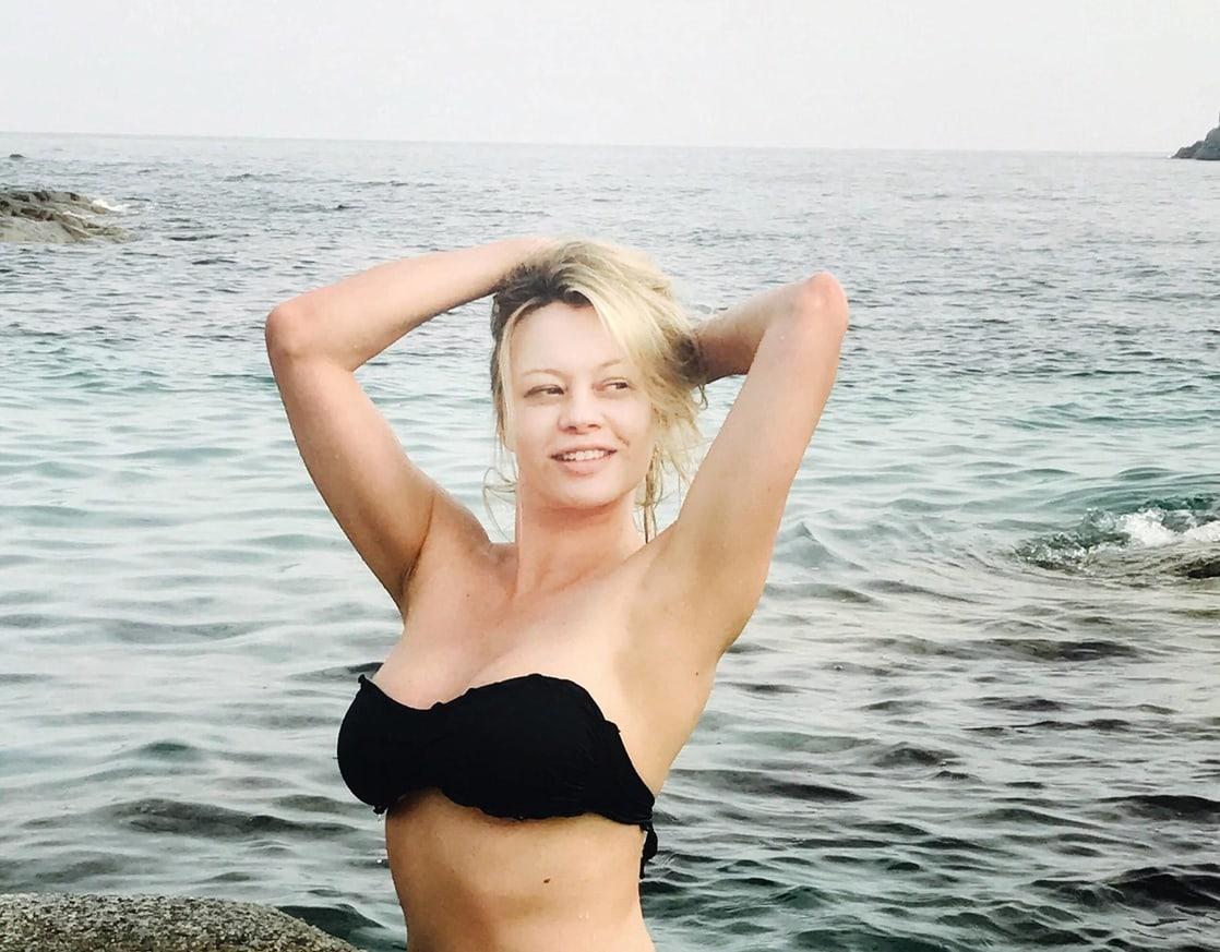 Anna Falchi sexy tits pics
