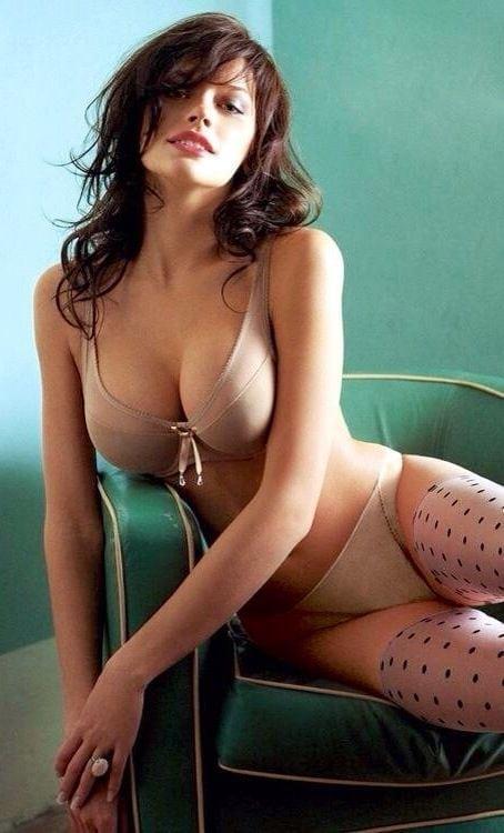 Anne Hathaway busty pics
