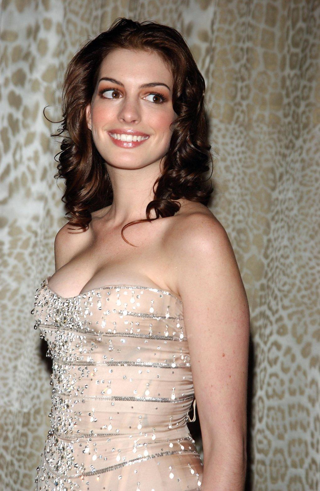 Anne Hathaway sexy side boobs pics