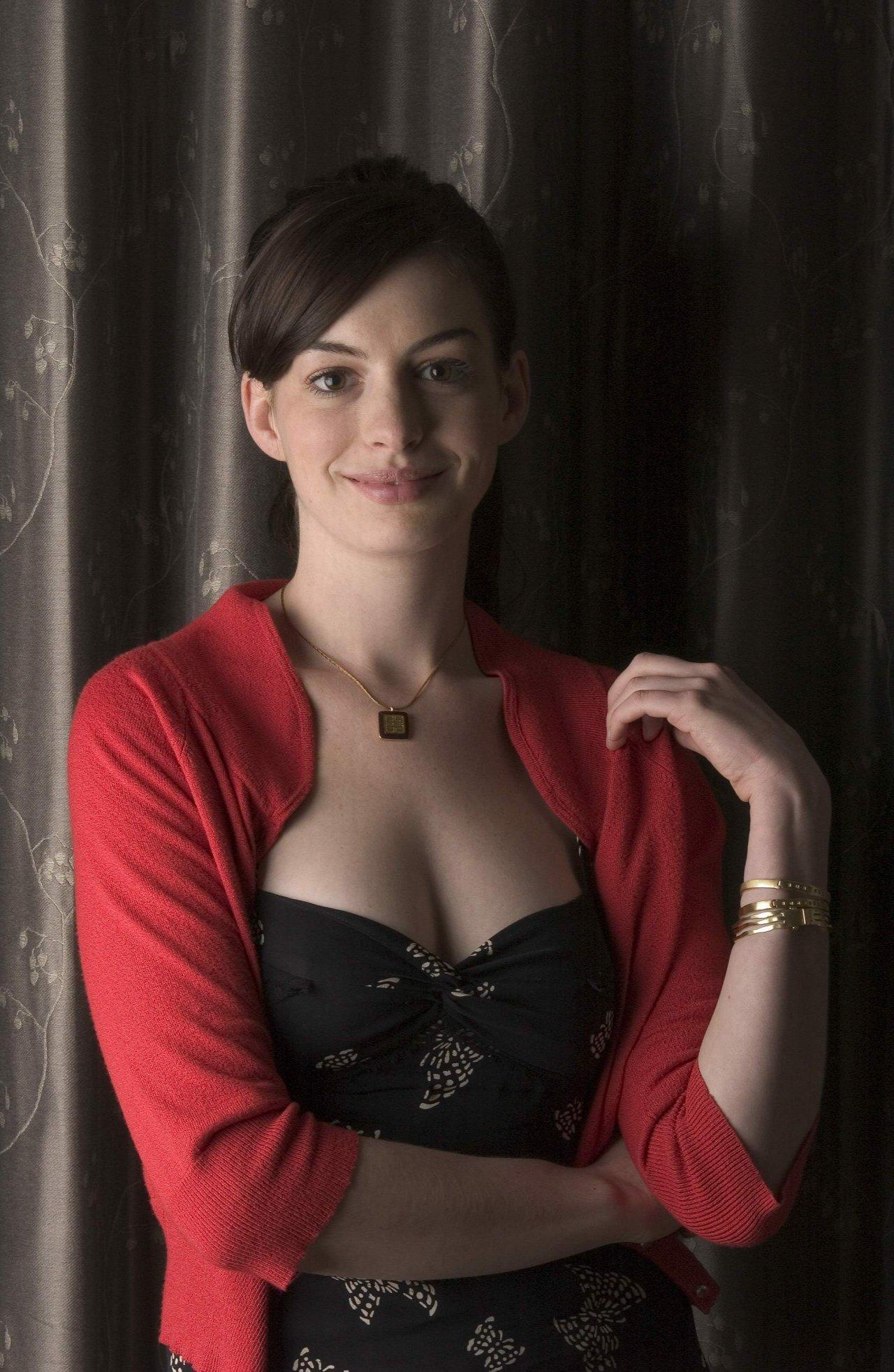 Anne Hathaway sexy tits pics