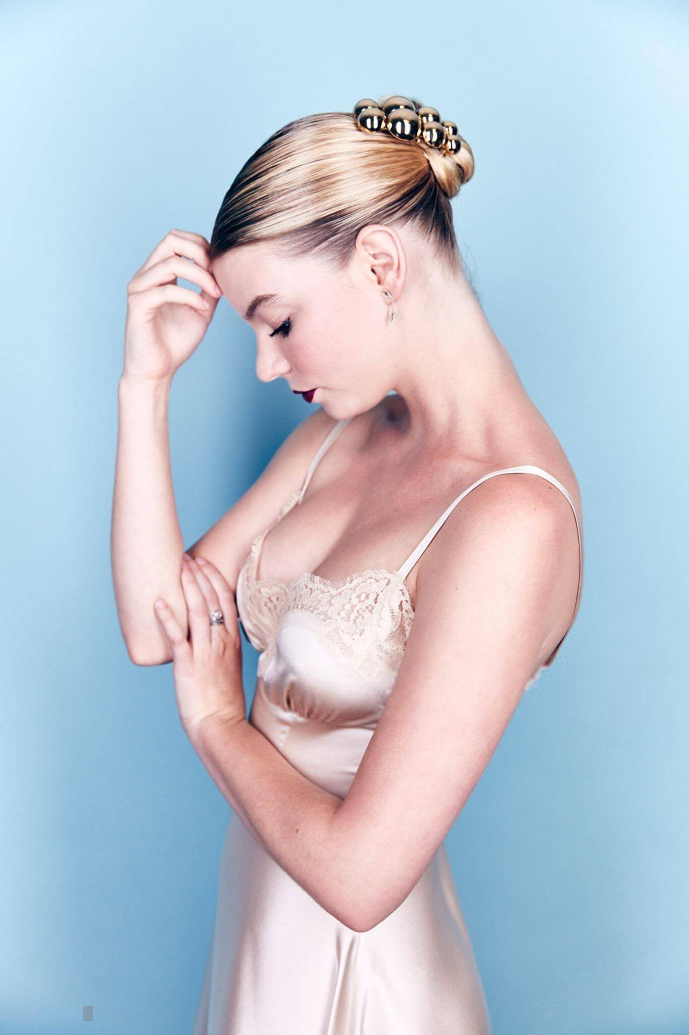 Anya Taylor-Joy sexy side boobs pics