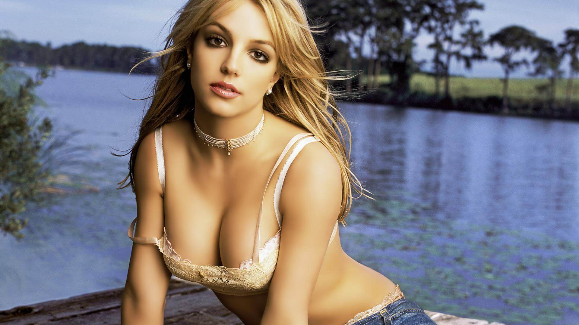 Britney Spears hot cleavage pics
