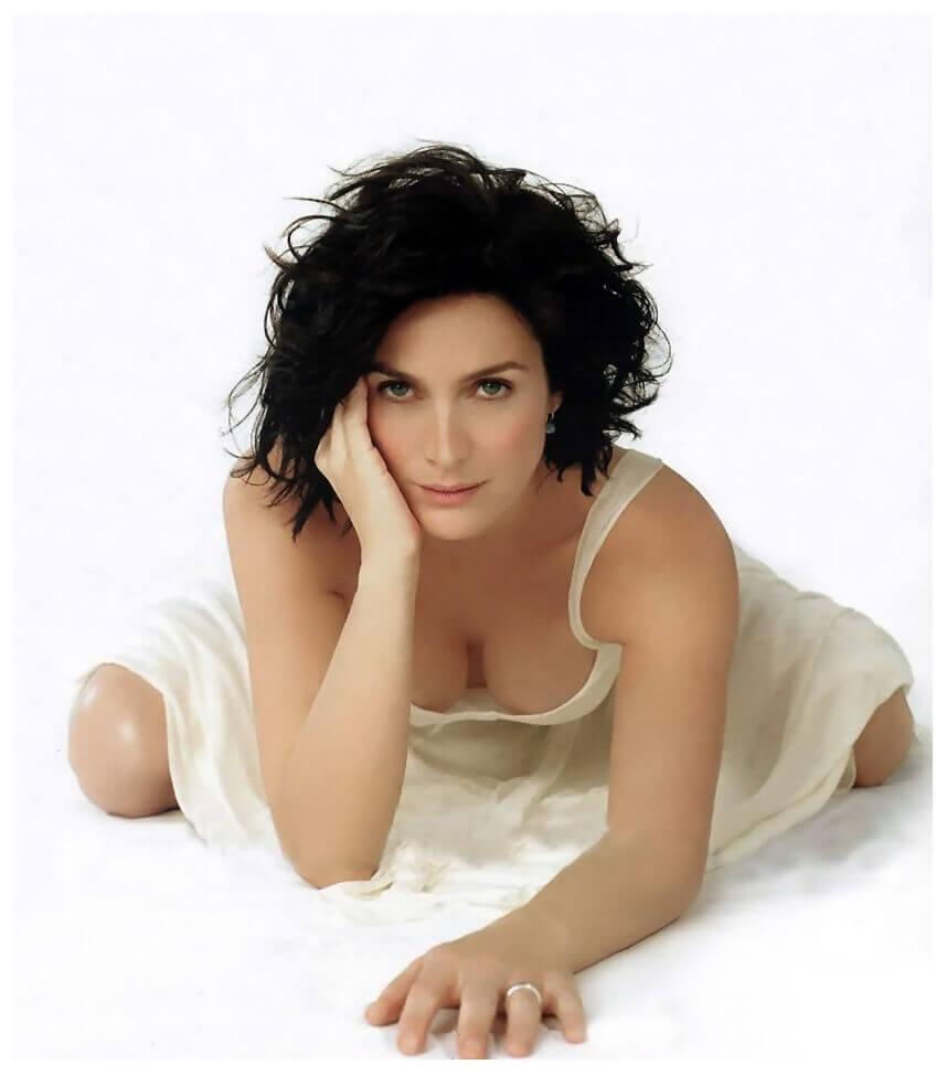 Carrie Anne Moss cleavage pics