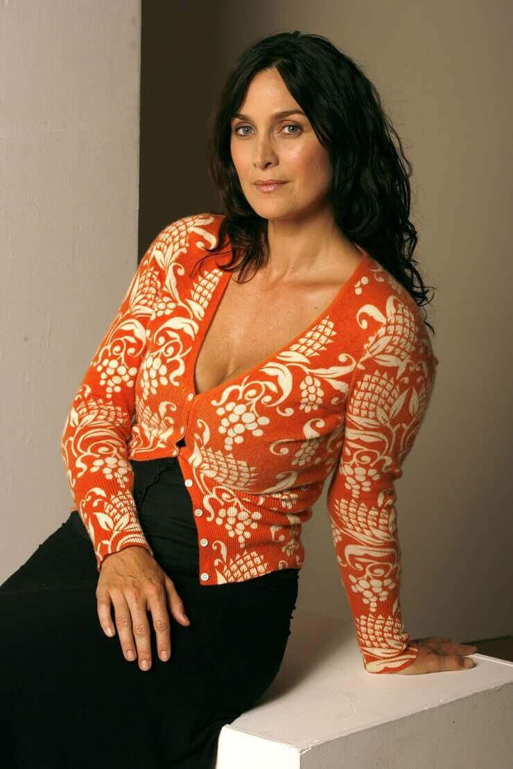 Carrie Anne Moss hot look pics