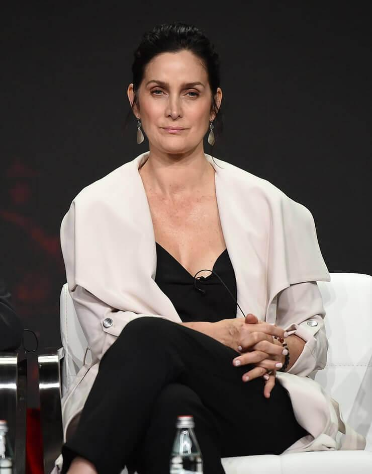 Carrie Anne Moss sexy look pics