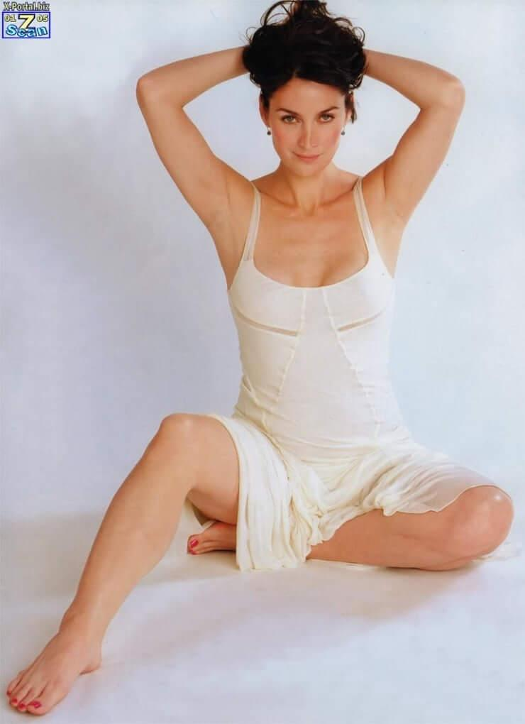 Carrie Anne Moss sexy pictures