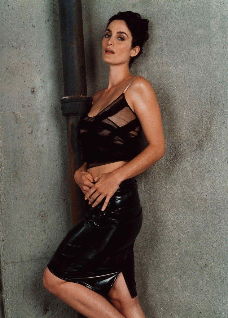 Carrie Anne Moss sexy side boobs pics
