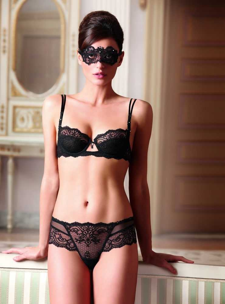 Catrinel Marlon hot bikini pics