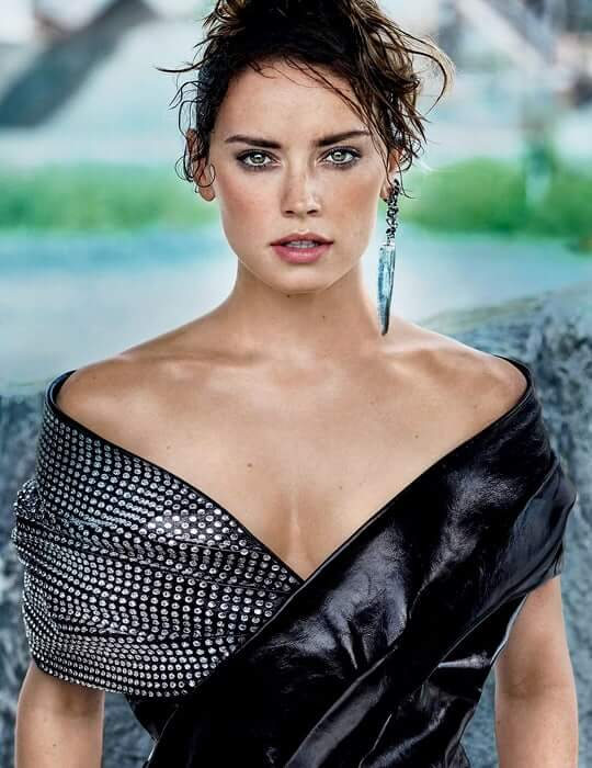 Daisy Ridley hot cleavage pic