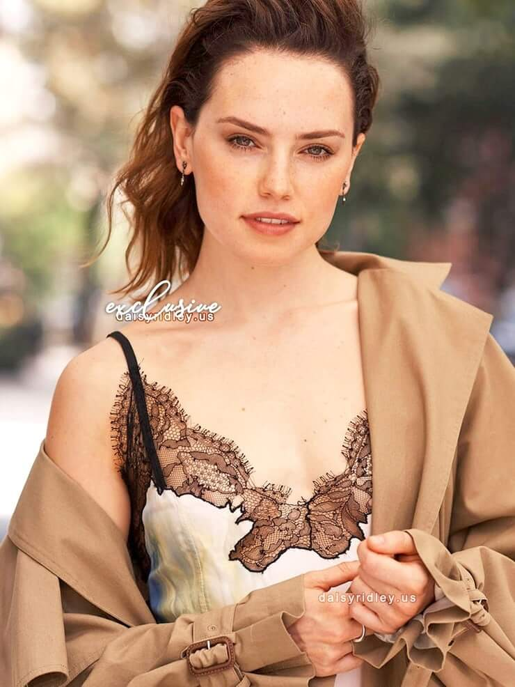 Daisy Ridley sexy look pic