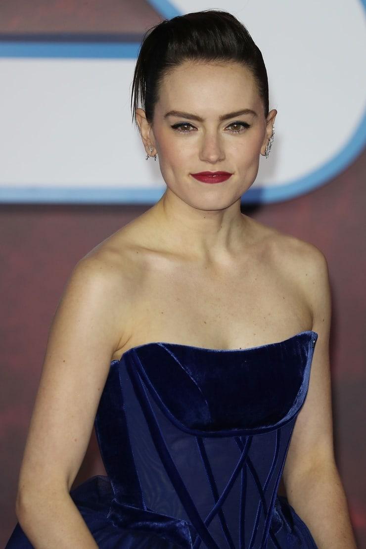 Daisy Ridley sexy look