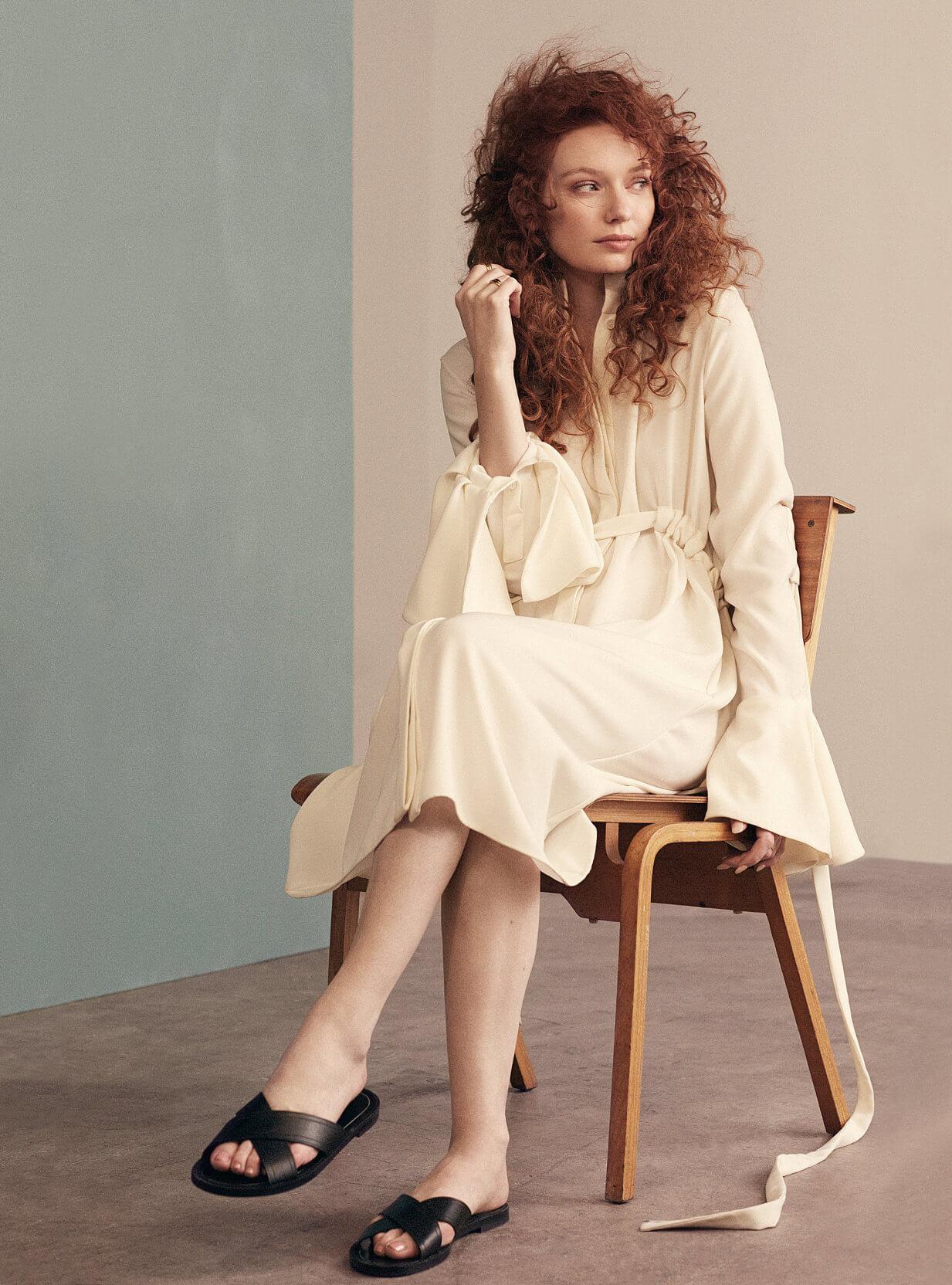 Eleanor Tomlinson hot feet pics