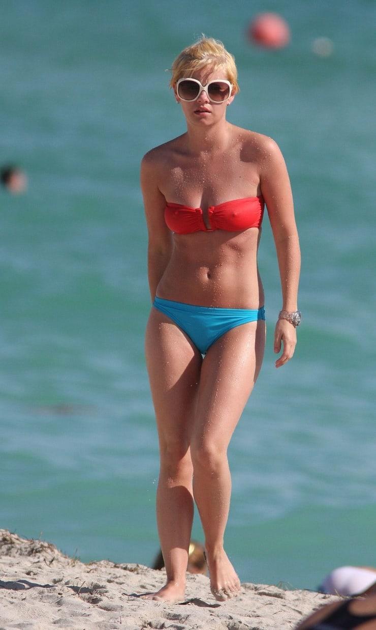Elisha Cuthbert sexy bikini pic