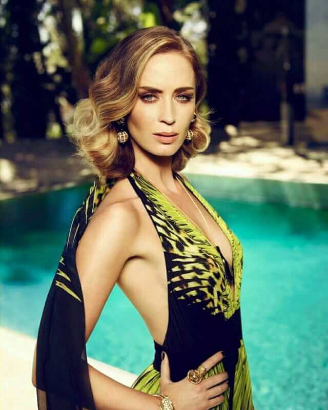 Emily Blunt sexy side boobs pics