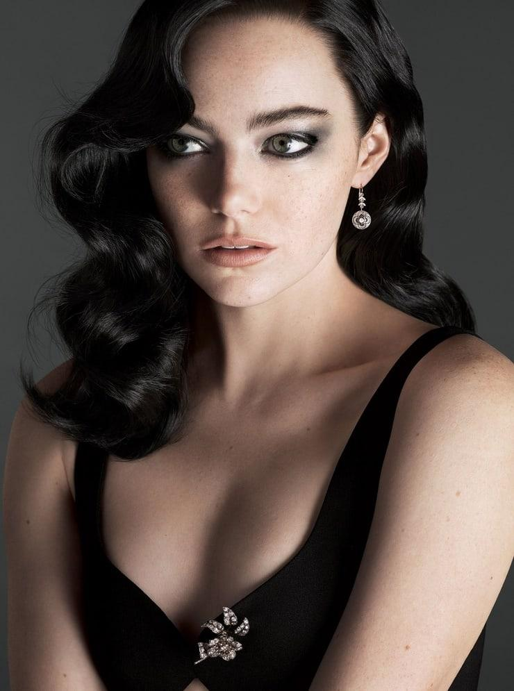 Emma Stone sexy look pic