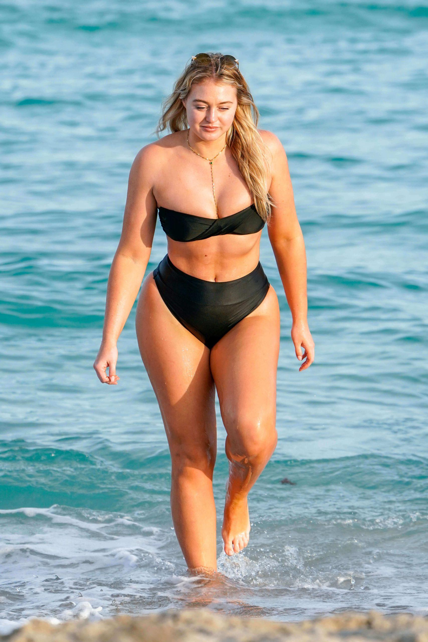 Iskra Lawrence hot black bikini pic