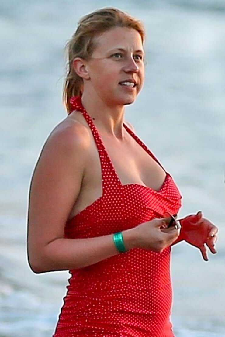 Jodie Sweetin sexy red lingerie pics