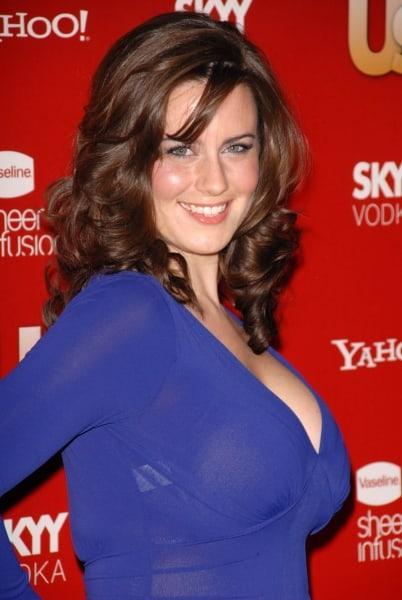 Katie Featherston hot side boobs pics