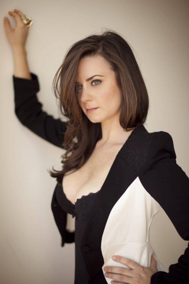 Katie Featherston sexy side boobs pics