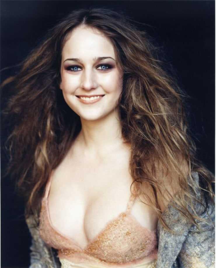 Leelee Sobieski sexy cleavage pics